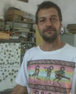 Eduardo Marinho em sua casa e oficina de trabalho.